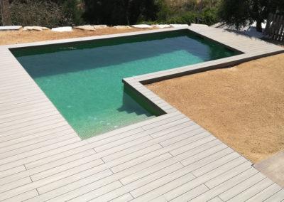 Tarima sintética en piscina en casa unifamiliar