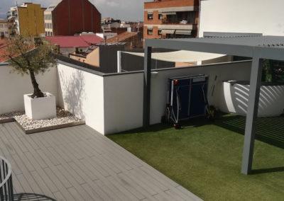 Terraza con pérgola bioclimática y tarima sinética
