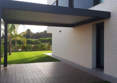 Jardín con tarima tecnológica y pérgola bioclimática