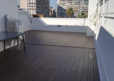 Tarima y césped artificial en terraza ático de Barcelona