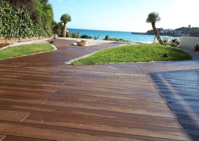 Jardín al mar con tarima exterior tecnológica en Tarragona