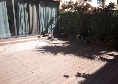 Patio privado con tarima tecnológica en Barcelona