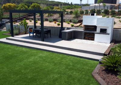 Proyecto jardín con tarima tecnológica, pérgola bioclimática y barbacoa